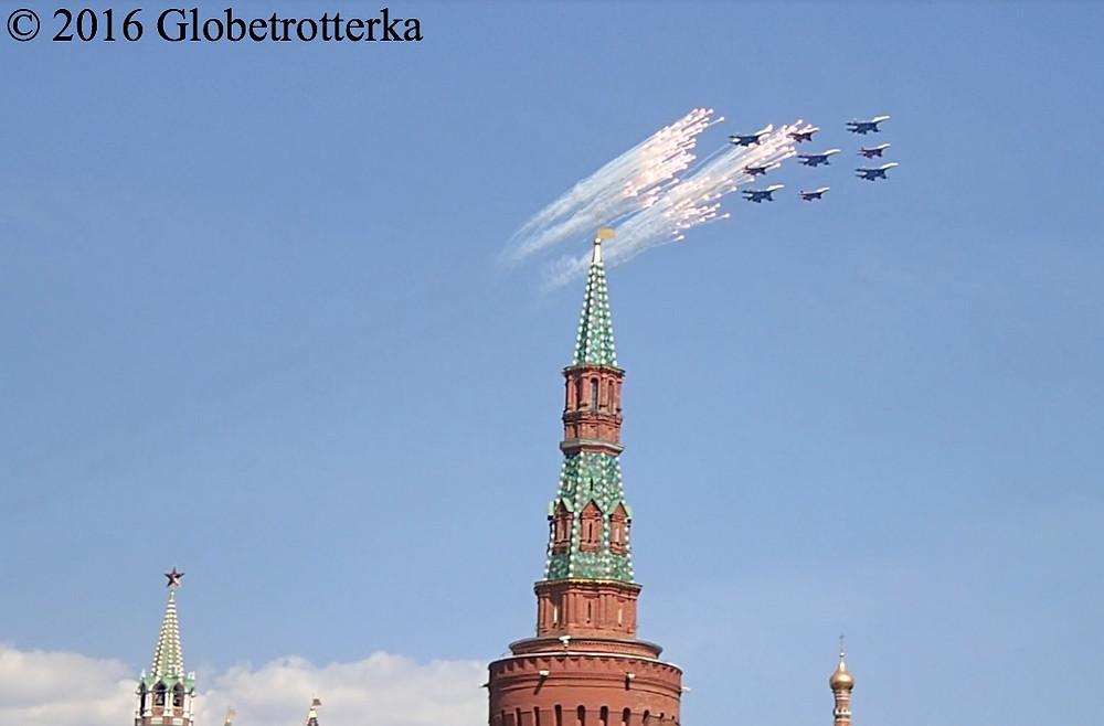 Avions de chasse de l'armée russe survolant la Place Rouge et lançant des feux d'artifice lors du défilé du 9 mai 2016