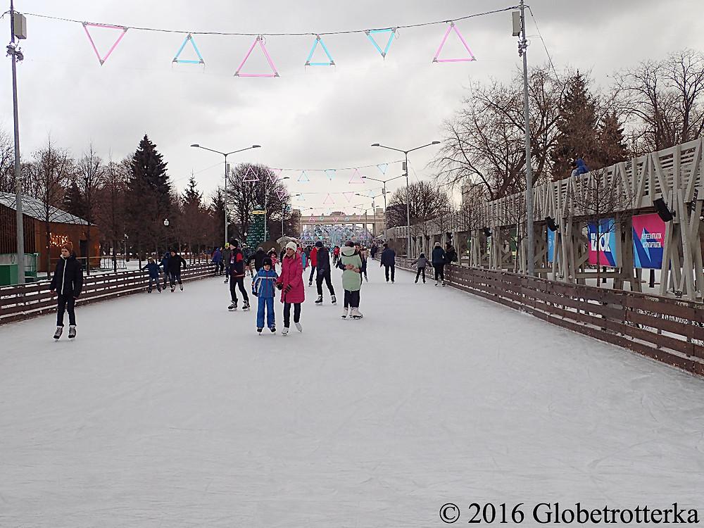 Une des allées de la patinoire du parc Gorki et un des ponts d'observation à droite © 2016 Globetrotterka