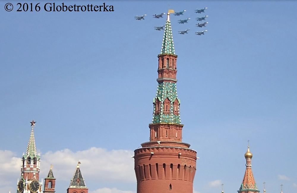 Avions de chasse de l'armée russe survolant la Place Rouge lors du défilé du 9 mai 2016
