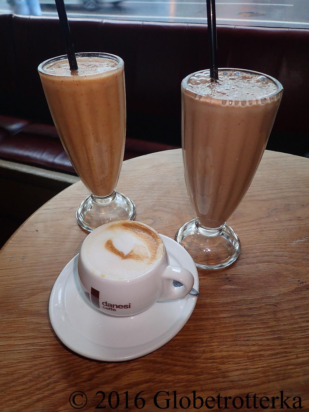 Smoothies chocolat-banane-amande (droite), smoothie fraise-banane (gauche) et capuccino