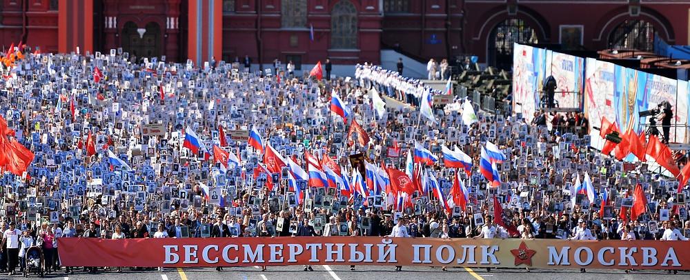 Le régiment immortel sur la Place Rouge, Vladimir Poutine en fait partie