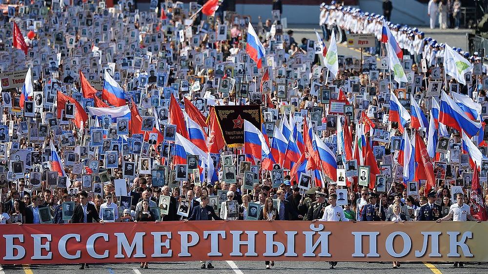Le régiment immortel sur la Place Rouge, Vladimir Poutine au centre à gauche en deuxième ligne