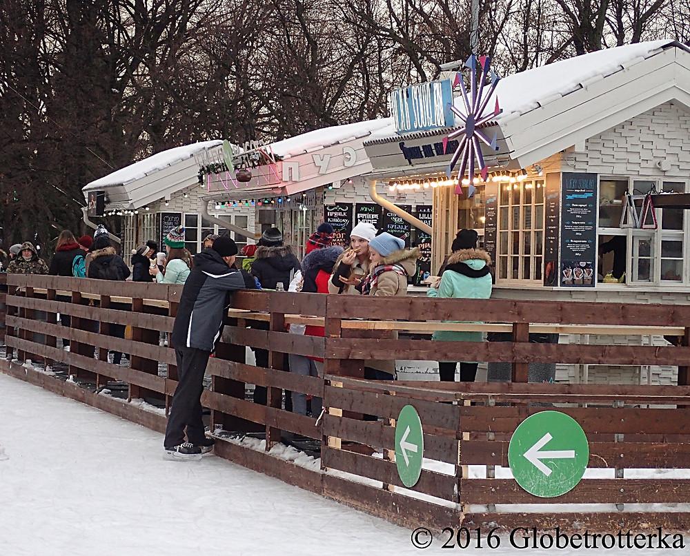 Un des chalets de restauration rapide de la patinoire © 2016 Globetrotterka