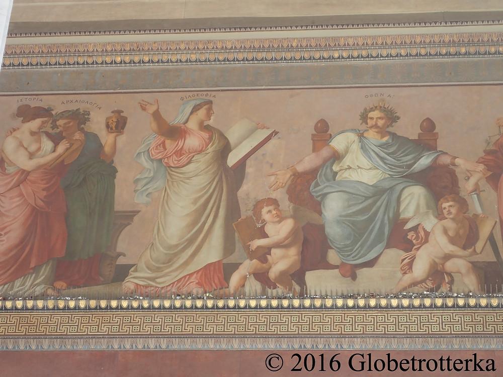 Détails de la frise extérieure de l'université : représentation des matières enseignées dont la philosophie et l'archéologie. © 2016 Globetrotterka
