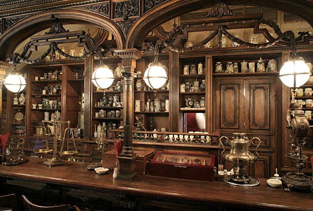 L'ancien comptoir de la pharmacie aménagé en bar, photo du site officiel du café Pouchkine