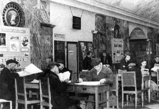 Bibliothèque à la station Kourskaïa.