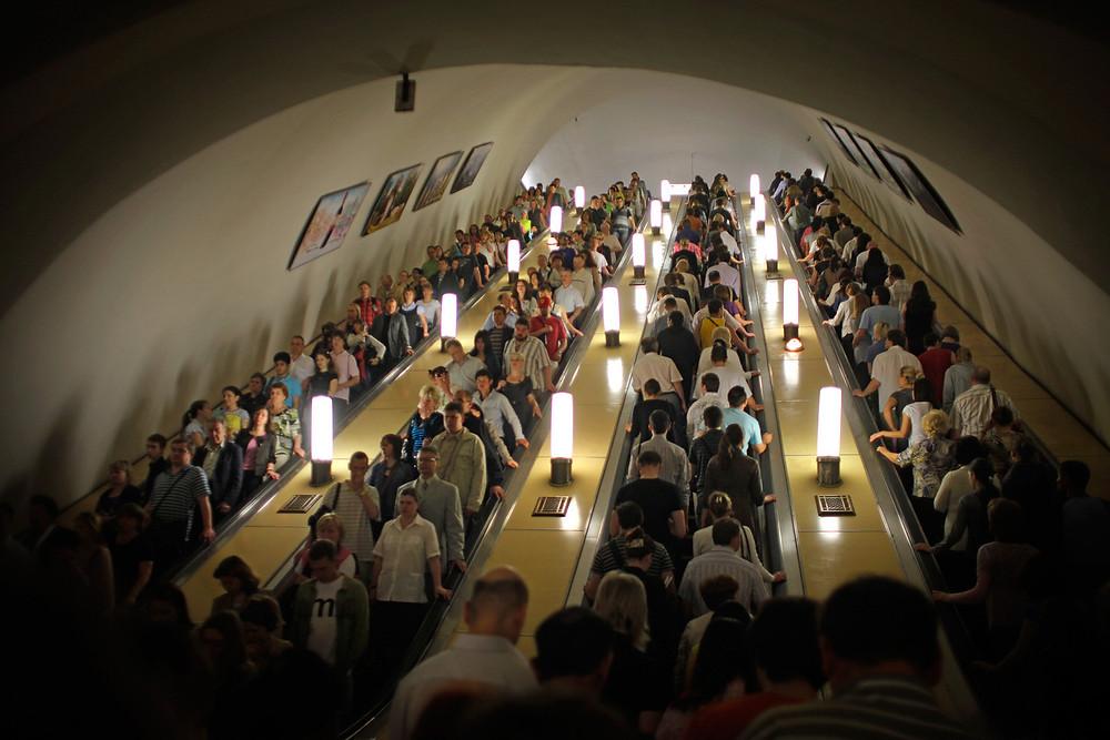 Escalators du métro moscovite aux heures de pointe