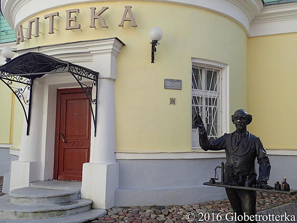 Une statue en métal représentant un apothicaire devant une pharmacie © 2016 Globetrotterka