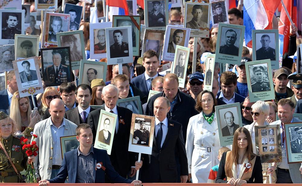 Le régiment immortel sur la Place Rouge, Vladimir Poutine porte le portrait de son père, soldat volontaire lors de la Grande Guerre patriotique