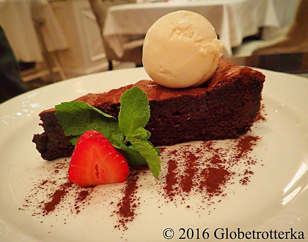 Fondant au chocolat et boule de glace. Grand Café Docteur Jivago  © 2016 Globetrotterka