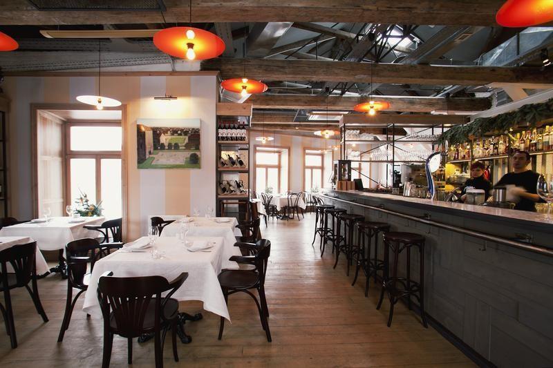 Restaurant Bontempi, à droite le bar qui expose des bouteilles d'alcool mais ne sert pas de boissons alcoolisées.