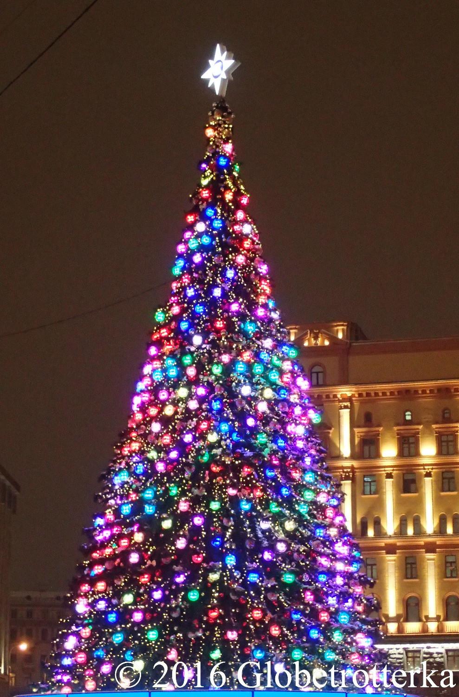 Le plus haut sapin de Moscou changeant de couleurs, place Lioubianka © 2016 Globetrotterka
