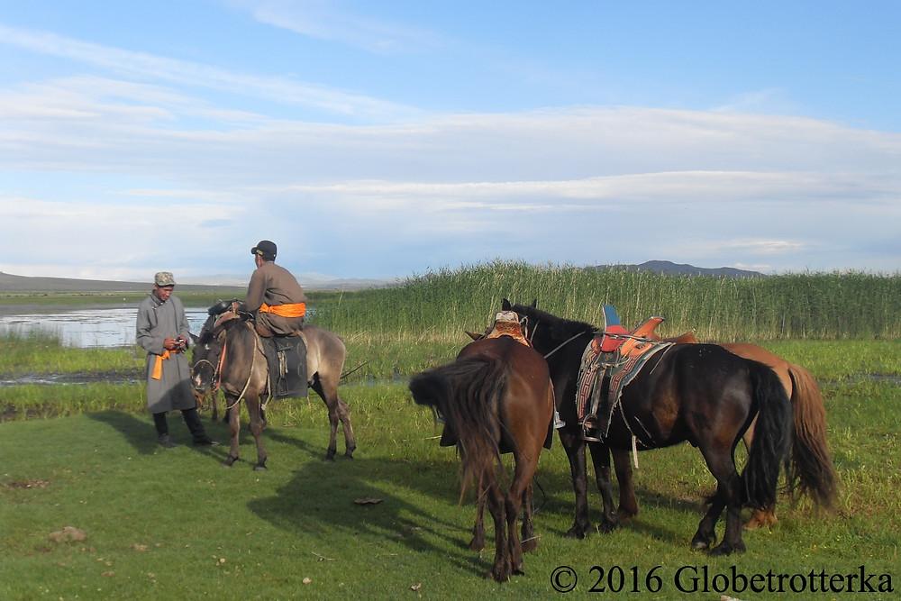 Des jeunes nomades s'arrêtent dans un oasis pour reposer leurs chevaux © 2016 Globetrotterka