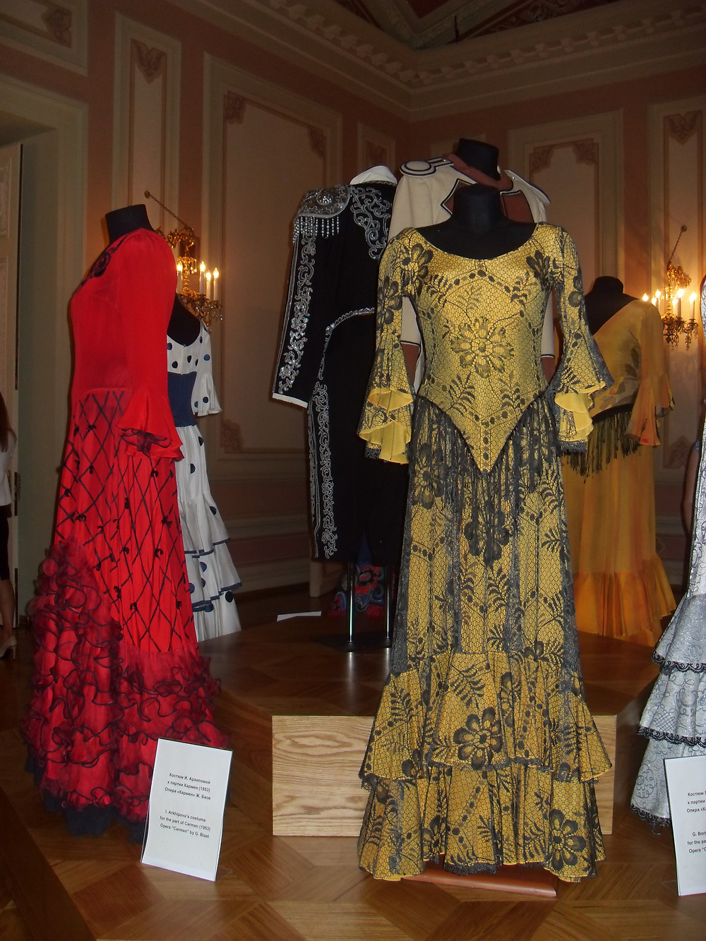 Exposition des costumes des précédentes représentations de Carmen, dans une des salles d'exposition au 2ème étage du Bolshoi.