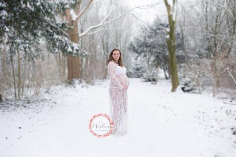 zwangerschapsshoot buiten winter