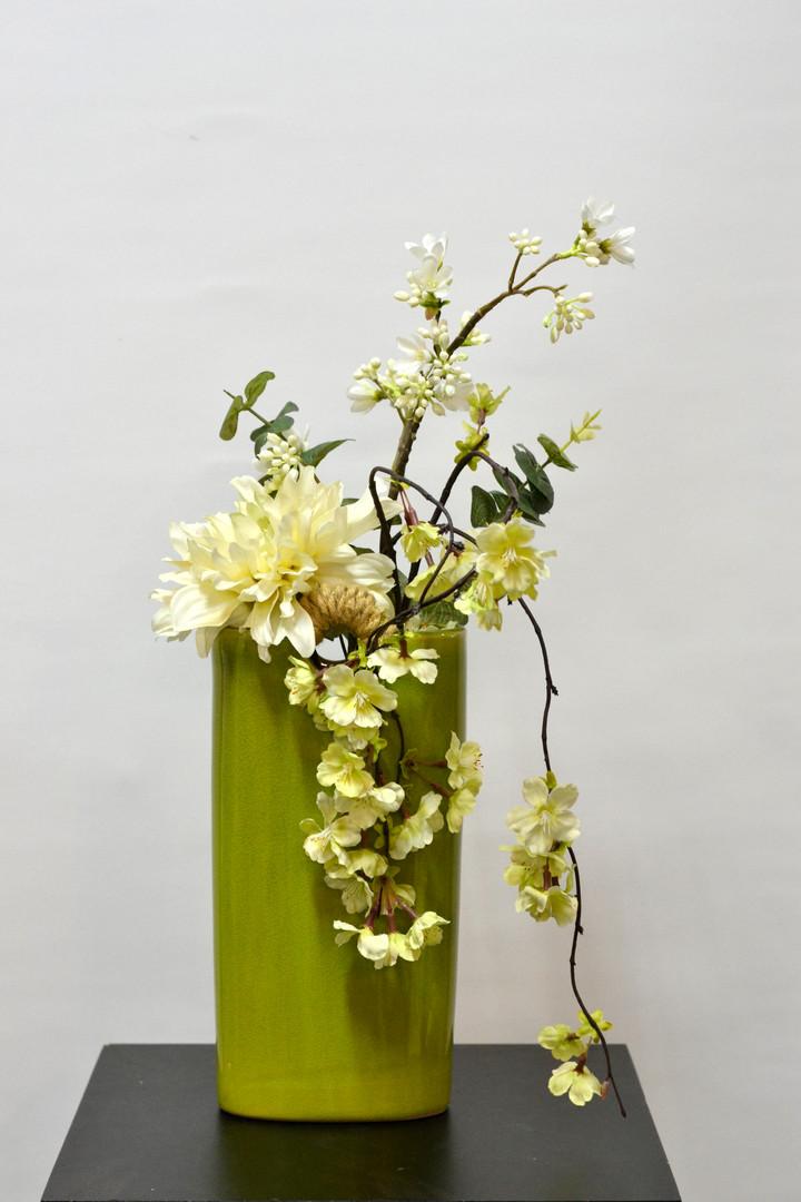 Magnifique vase vert lime avec de belles fleurs