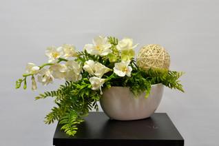 centre de table avec de belles fleurs crème