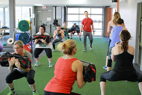 Personal trainer training small group