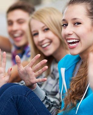 chicos-jovenes-sonriendo-y-saludando-con