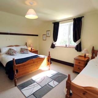 Oak-Cottage-Bedroom-1-1-500x375 (1).jpg