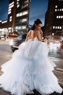 frau in blauem ballkleid Abla alaoui berliner kreuzung streetfotography