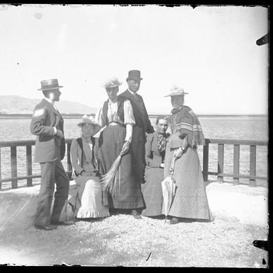 Plaque de verre / tirage d'après plaque de verre : Louqsor, photo de famille, 29 janvier 1893.