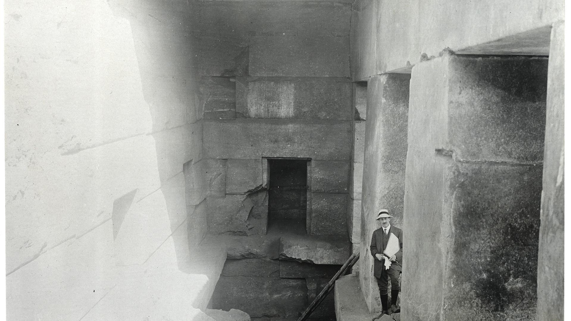 Marguerite Naville (?) : Abydos, fouilles de 1914, l'architecte Edmond Fatio levant le plan de l'Osireion (tirage photographique) © Musée d'art et d'histoire de la Ville de Genève, inv. A 2006-0030-067-0320