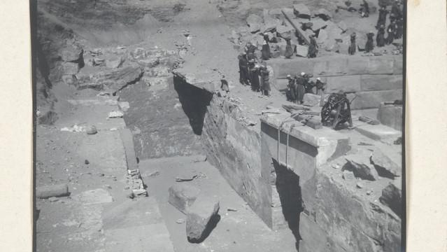 Edmond Fatio : Abydos, fouilles de l'Osireion en 1914, l'entrée du grand réservoir en cours de dégagement (tirage photographique) © Musée d'art et d'histoire de la Ville de Genève, inv. A 2006-0030-045-007