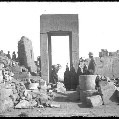 Plaque de verre : Deir el-Bahari, Édouard Naville sur le chantier de fouilles, 15 février 1893.