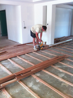 floorlayer-laying-a-timber-floor-over-a-concrete-slab1.jpg