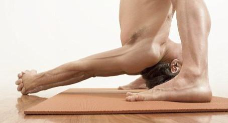 Yoga nudista, propuesta para quitarse la ropa y ejercitarse
