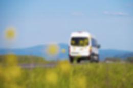 Minibus transport auto op de baan met een verre horizon