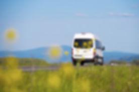 Minibús en la carretera