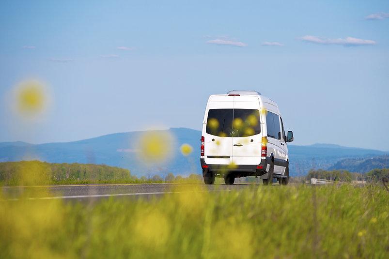 Микроавтобус на дороге