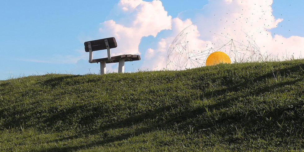 Parkbank, grüner Hügel, goldene Sonne