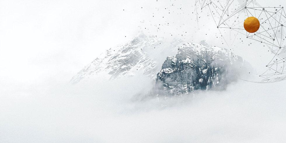 Winterlicher Berg im Nebel