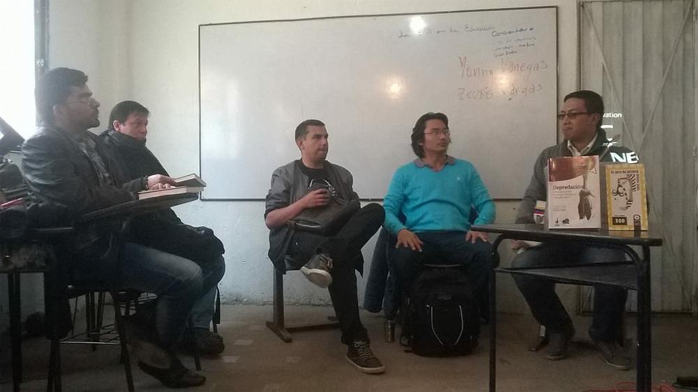 El profesor Omar Garzón presenta a los poetas Yonny Vanegas y Zeuxis Vargas en el Colegio Van Leeuwenhoek.