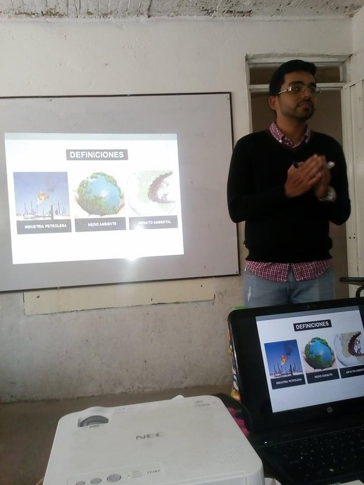El Ingeniero Abraham Guerra hablando a los profesores del Colegio Van Leeuwenhoek sobre energías renovables, entre otros temas.