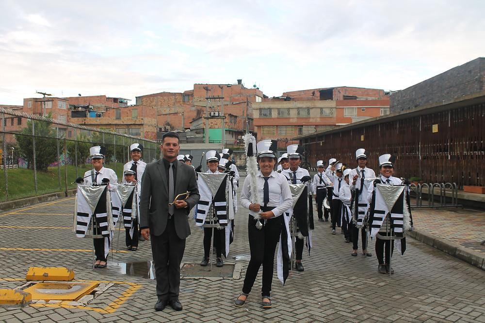 Juan Ariza, instructor de bandas, y la Banda del Colegio Van Leeuwenhoek