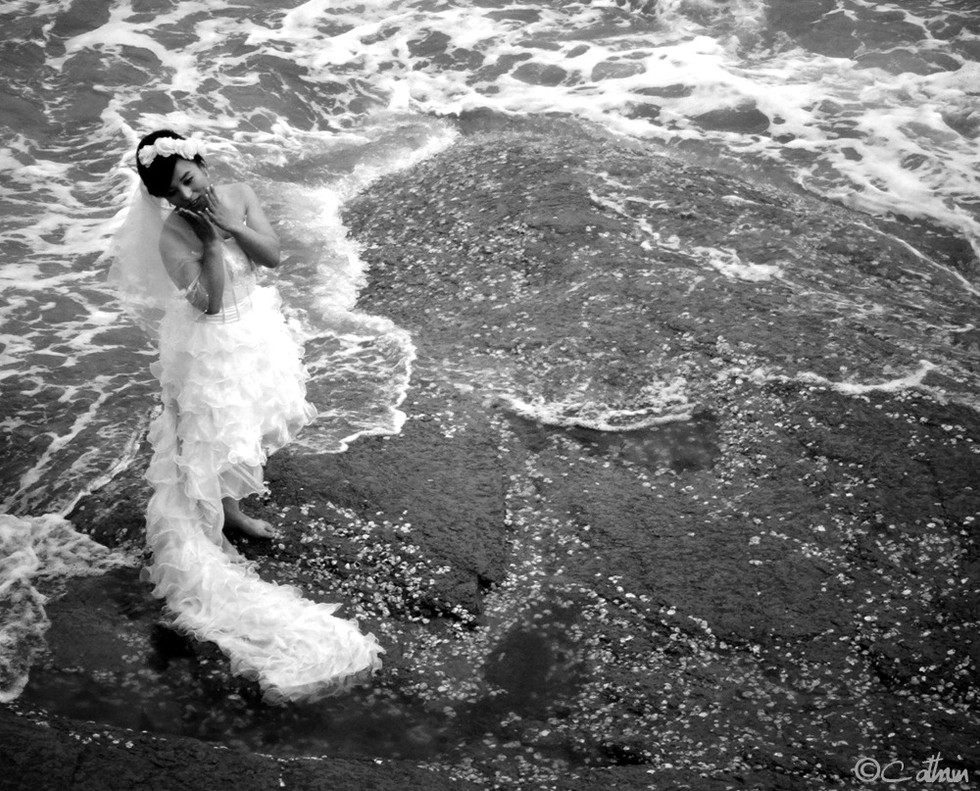 Bride posing, Qingdao 2014.