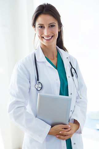 bela-jovem-doutora-olhando-a-camera-no-e