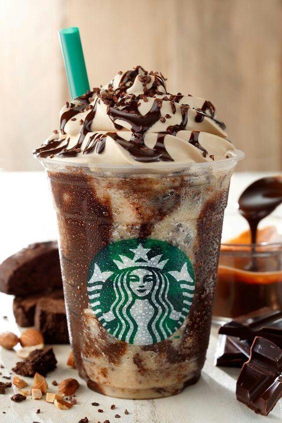 """Legendinė """"Starbucks"""" šalta kava, patiekiama su įvairiais sirupais, šokoladu ir plakta grietinėle - """"frappuccino""""."""