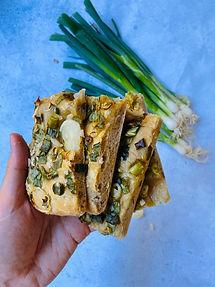 Puri ir minkšta svogūnų duona iš juodos pusryčių arbatos (receptas)