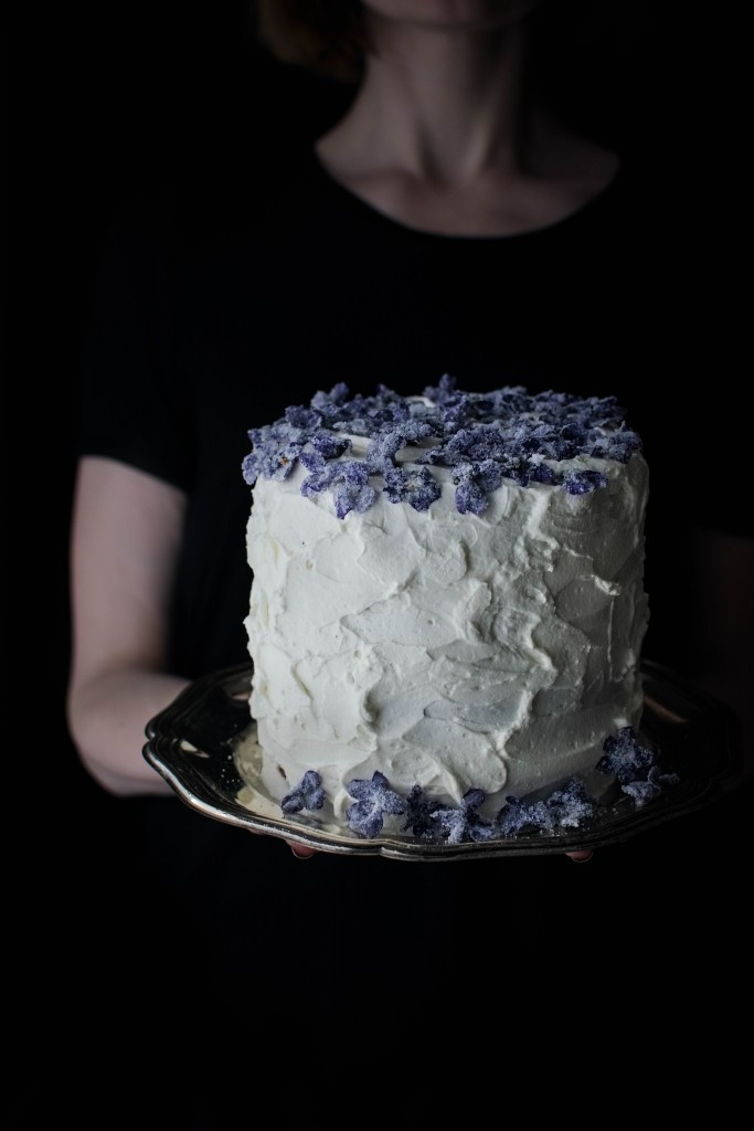 Maskarponės tortas su cukruotomis žibuoklėmis. Justinos Ramanauskienės nuotr.