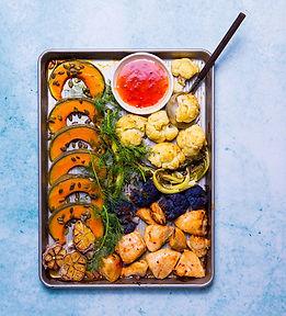 """Pietūs vienoje skardoje: 6 receptai, kai garnyras ir pagrindinis patiekalas ,,gaminasi"""" vienu metu"""