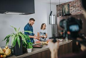 Interjero dizainerė pataria, į ką reikėtų atkreipti dėmesį įrenginėjant virtuvę (keksiukų receptas)