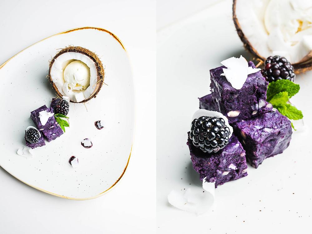 Mėlynių ir kokoso desertas patiekiamas su kokoso ledais ir gervuogėmis. Valerijos Stonytės nuotr.