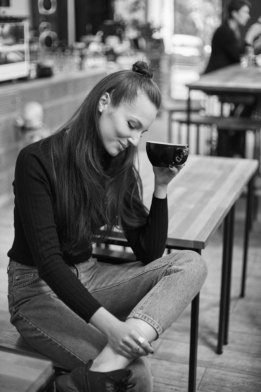 Simona Burbaitė turi ne vieną mėgstamą darbo vietą mieste, kurioje ne tik dirba, bet ir mėgaujasi puikia kava. (Andriaus Burbos nuotr.)