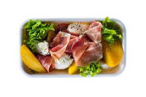 Mocarelos salotos su kumpiu ir persikais, vmg receptas