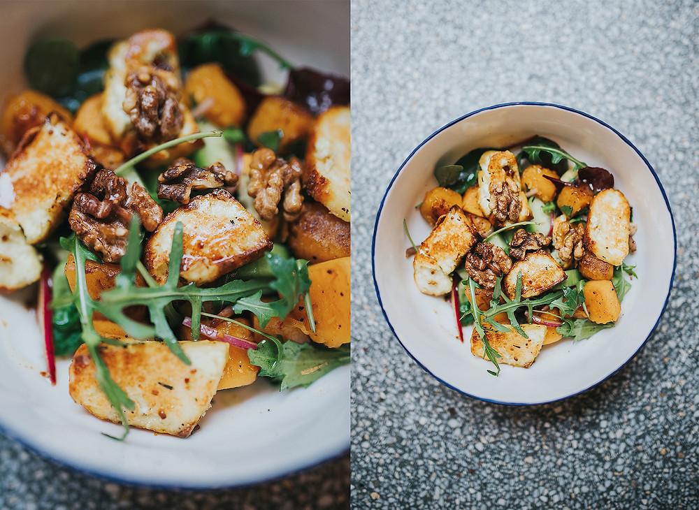 Dienos salotos – karamelizuotų moliūgų, su graikiniais riešutais, keptu varškės sūriu ir citrinų – medaus padažu. Kaina – 4 Eur (Valerijos Stonytės nuotr.).